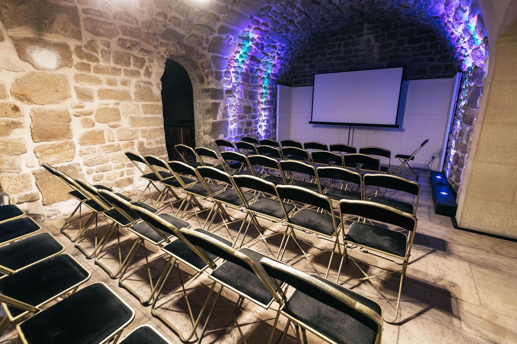 La salle du secret de l'île en configuration conférence.