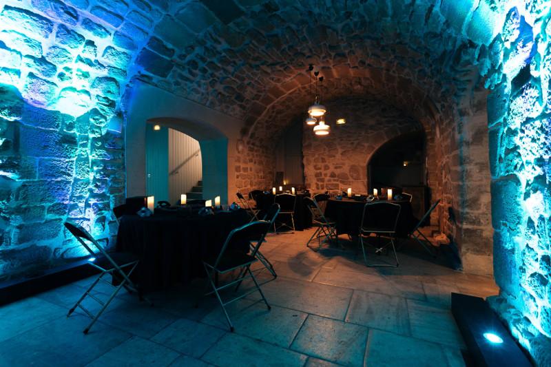 La salle du secret de l'île en configuration live escape game géant.