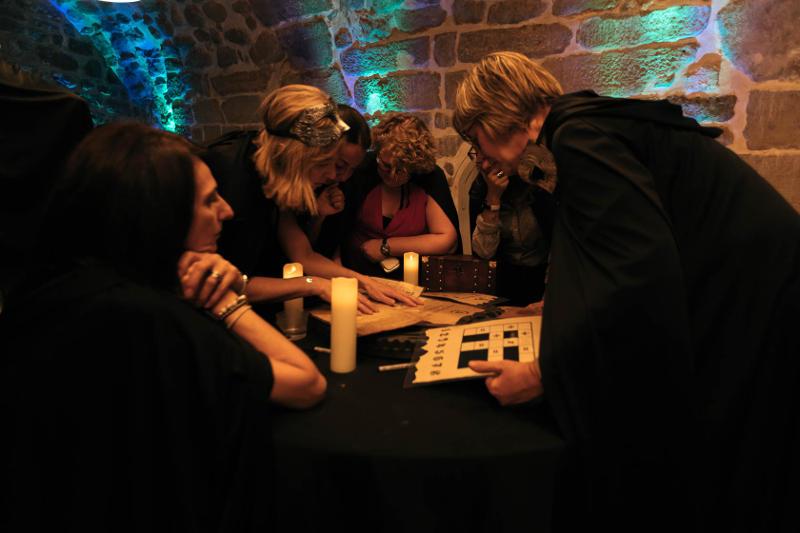 quatre joueurs en train de résoudre des enigmes