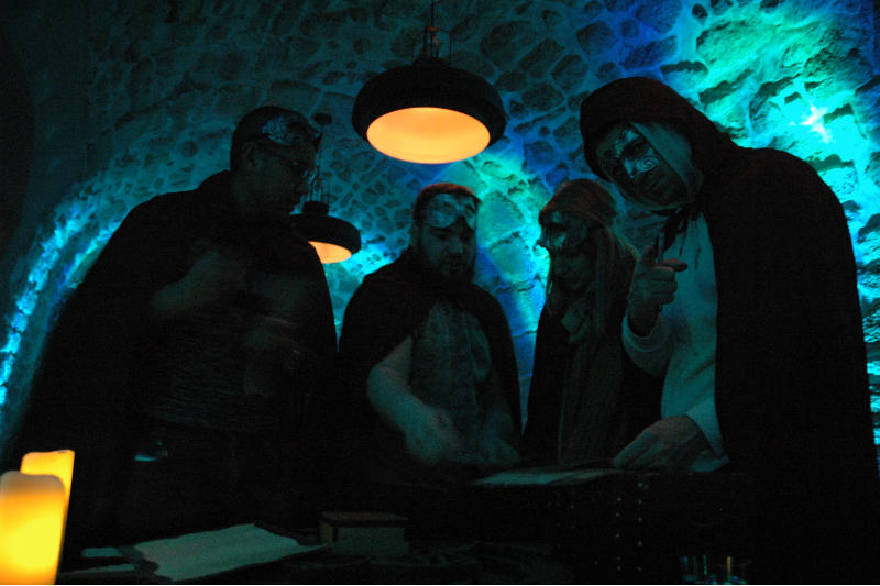 Quatres joueurs tentent de triompher du live escape game géant
