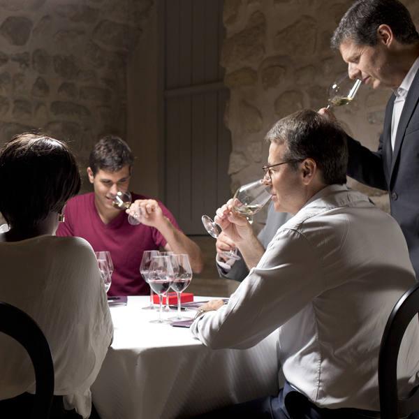 quatre personnes participent à une dégustation de vin