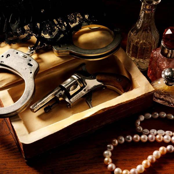 un pistolet et des menottes pour une murder party